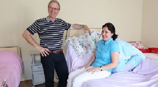 Як посадити лежачого хворого й не надірвати спину