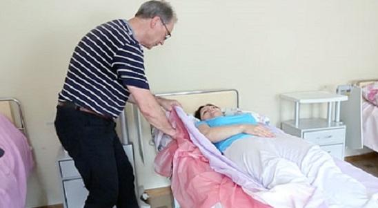 Як повернути лежачого хворого на бік без зайвих зусиль